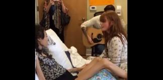 Florence Welch canta com fã no hospital