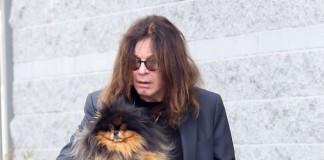 Ozzy Osbourne passeia com o cachorro
