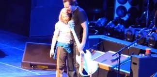 Pearl Jam com seu fã de 10 anos