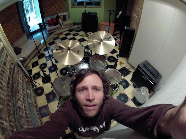 Músico durante a gravação de álbum do Unique Salad Music