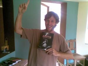 Renê também é fã de livros sobre música; Lá encontramos as biografias de Eric Clapton e Renato Russo