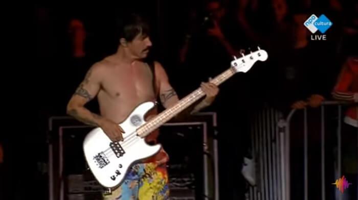 Anthony Kiedis toca baixo no Red Hot Chili Peppers