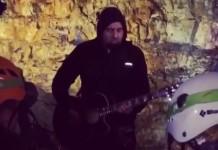 Chino Moreno (Deftones) toca dentro de um vulcão
