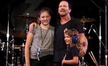 Eddie Vedder e sua filha no Bonnaroo Festival