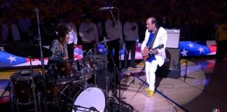 Santana toca hino dos EUA em partida da NBA