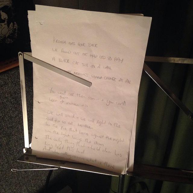 """Letra escrita pelo vocalista Peter do The Flowerscents para música do EP """"Back To The Wall"""""""