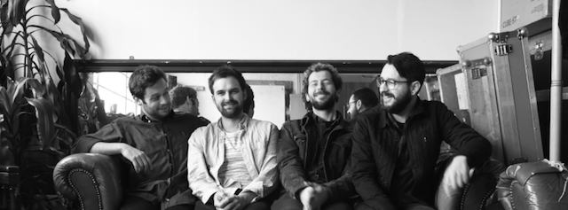 The Flowerscents: Peter Davies (de branco) ao lado de trio brasileiro Kauê, Steffan e Lucas