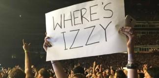 Fã com cartaz de Izzy Stradlin no show do Guns N' Roses