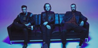 "two door cinema club lança mais uma música de seu novo disco. ouça ""bad decisions"""