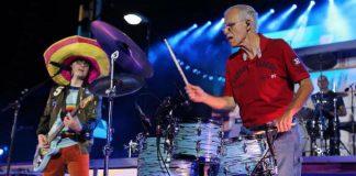 Rivers Cuomo toca com pai e filha em show do Weezer