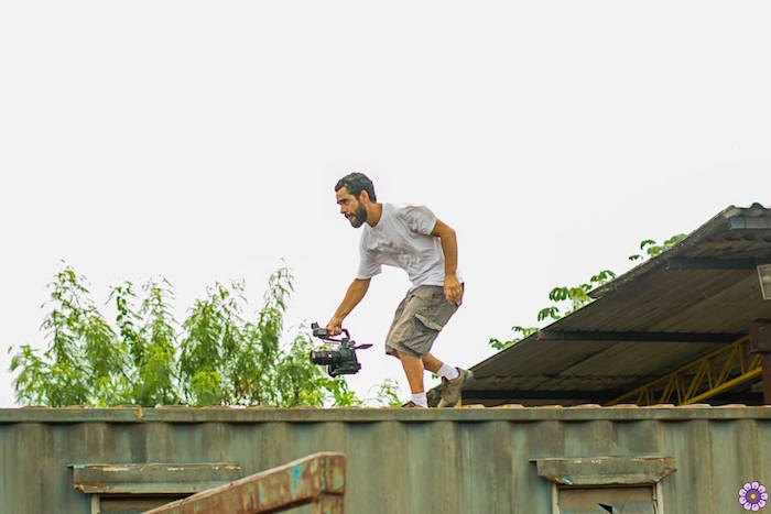 """Cinegrafista Mauricio Franco durante gravação do clipe de """"Regra, Sermão e Temaki"""", gravado na favela Dique Sambaiatuba. Foto: Roberta Garcia"""