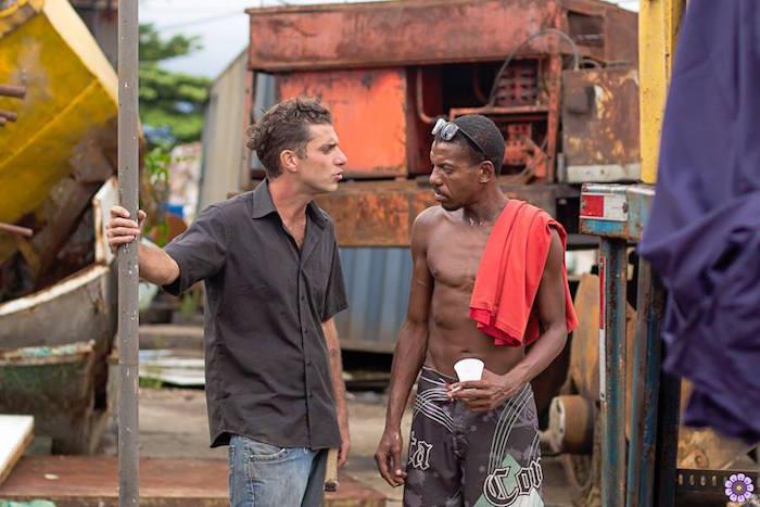 """Baixista Alexandre Delgado durante gravações de """"Regra, Sermão e Temaki"""", na favela Dique Sambaiatuba"""