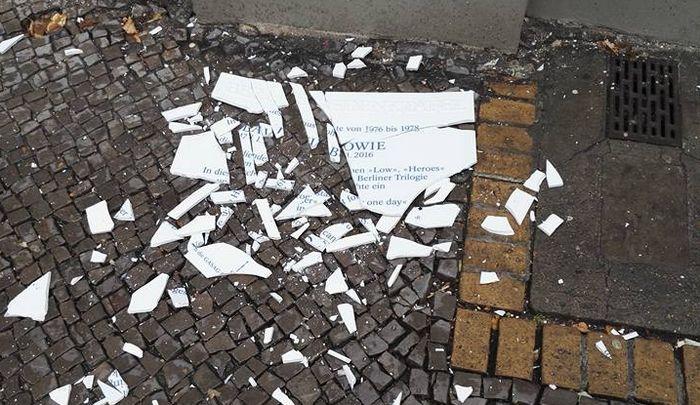 Placa de David Bowie é destruída