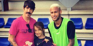 Anthony Kiedis e seu filho com o brasileiro Neymar Jr.
