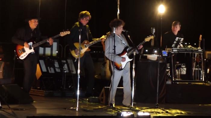 Bob Dylan toca guitarra em Las Vegas