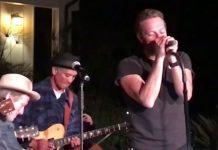 Chris Martin toca com Chad Smith