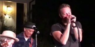 Chris Martin toca com Chad Smith