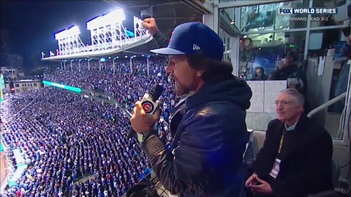 Eddie Vedder canta no estádio do Chicago Cubs