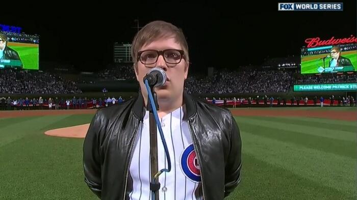 Patrick Stump canta hino dos EUA em jogo do Chicago Cubs