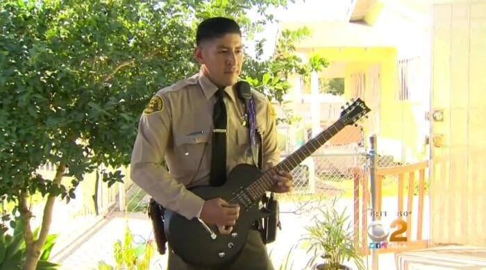 Policial toca guitarra em ensaio