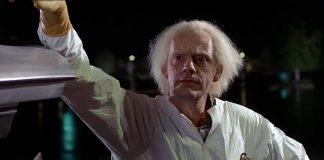 Christopher Lloyd como Doc Brown em De Volta Para o Futuro