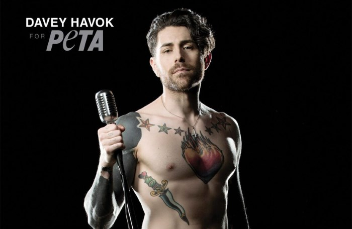 Davey Havok, do AFI, posa nu