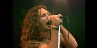 """Eddie Vedder canta """"Alive"""", do Pearl Jam"""