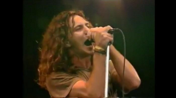 Eddie Vedder canta