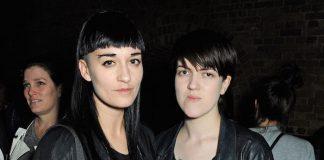 Romy Madley Croft (à direita), do grupo The xx, e sua noiva