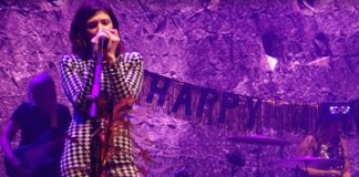 Sleater-Kinney e Britt Daniel (Spoon) fazem covers de Bowie e George Michael; assista