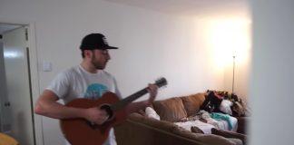 Amigo canta Green Day toda vez que colega toca violão em casa