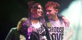 Charli XCX toca Gimme Shelter