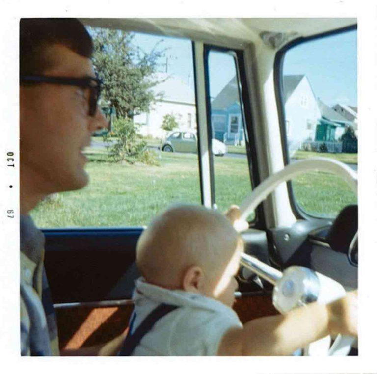 Kurt Cobain com o pai em seu carro
