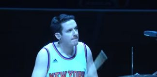 Kye Smith toca Beatles em intervalo do New York Knicks