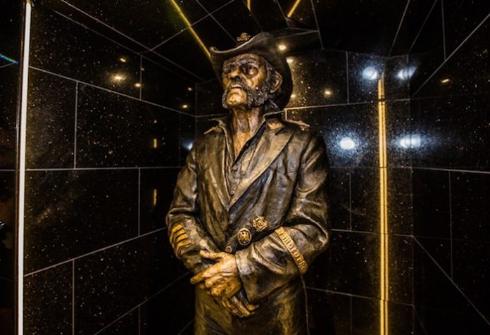 Lemmy - estátua no Rainbow Bar