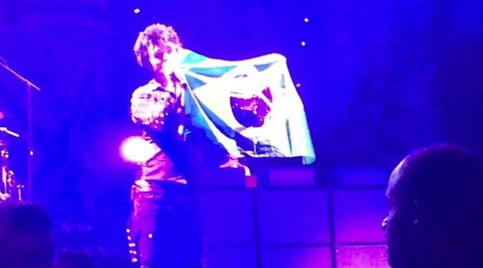 Billie Joe com a bandeira do Brasil em show do Green Day