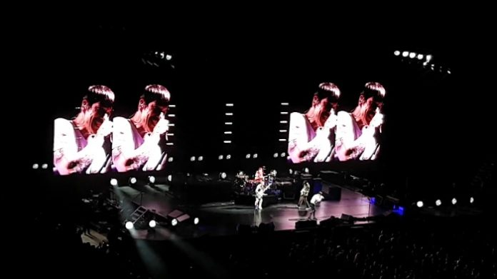Red Hot Chili Peppers toca Johnny B. Goode