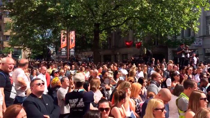 Multidão canta Oasis em homenagem às vítimas de Manchester