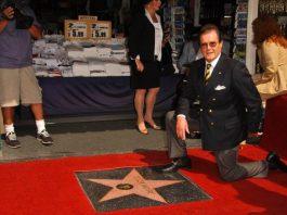 Roger Moore e sua estrela na Calçada da Fama