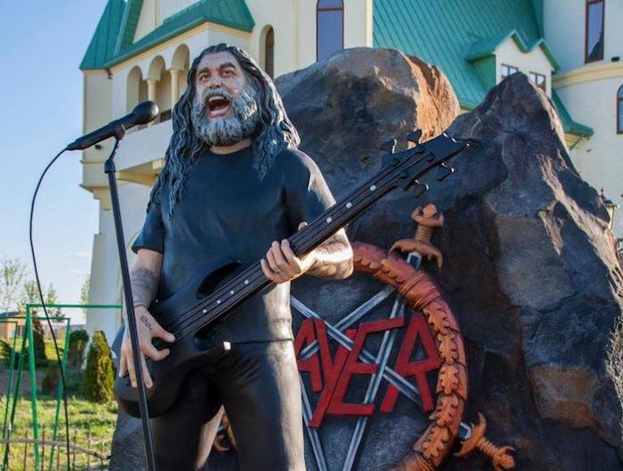 Slayer - estátua de Tom Araya em zoológico