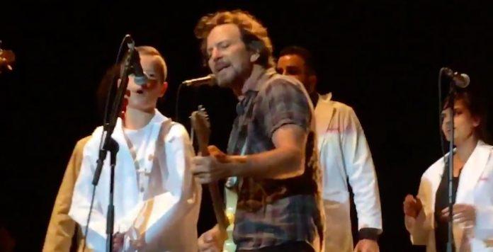 Eddie Vedder cantando com criança de 9 anos