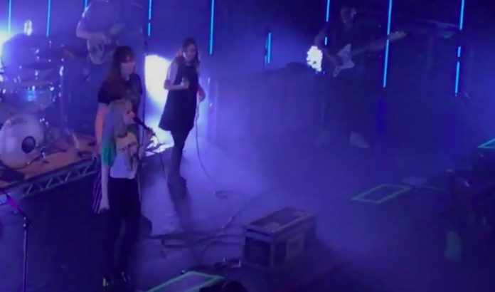 Paramore com Lauren Mayberry, do CHVRCHES