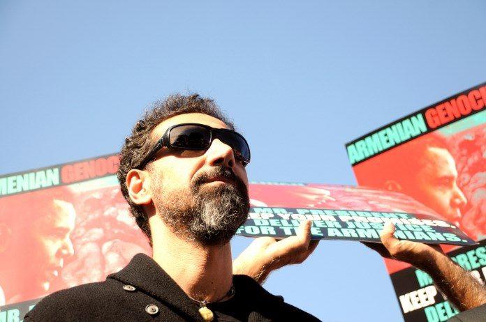 Serj Tankian em protesto sobre genoício na Armênia