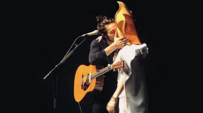 Tiago Iorc beija fã em show