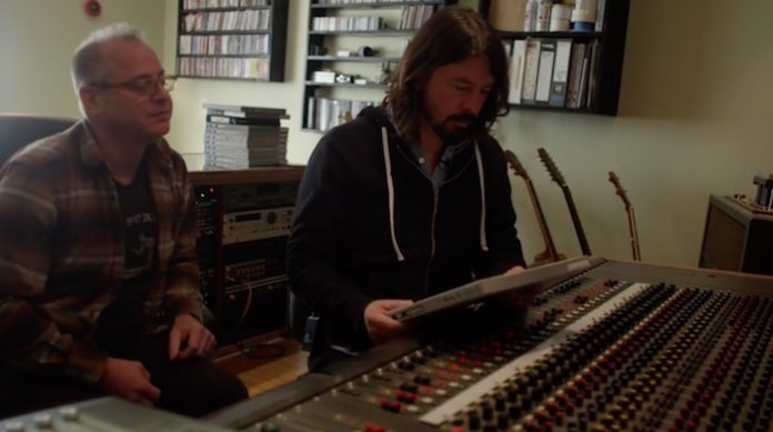Dave Grohl ouvindo demos do Foo Fighters