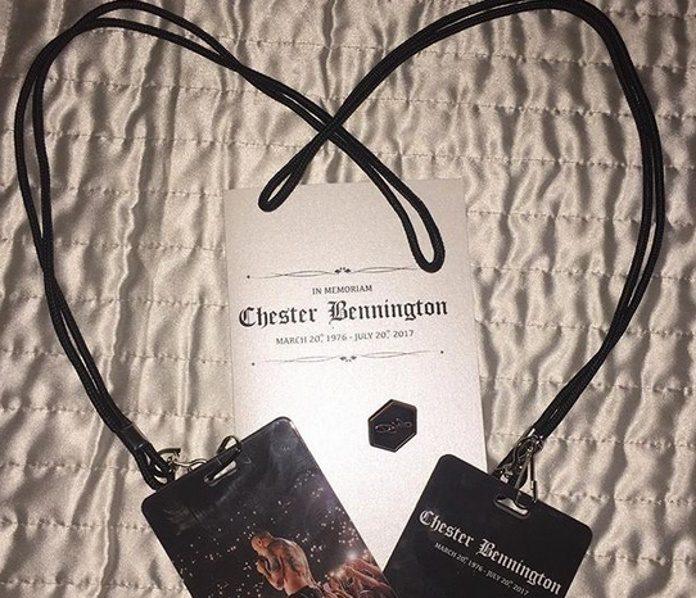 Crachás para o funeral de Chester Benningon