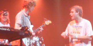 Mac DeMarco toca com fã em festival