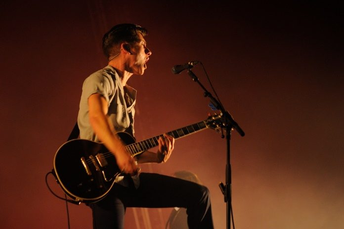 Alex Turner, do Arctic Monkeys, em 2013