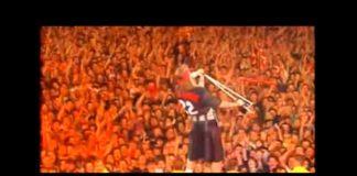 Axl Rose em tributo a Freddie Mercury