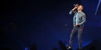 Chris Martin com o Coldplay em 2012